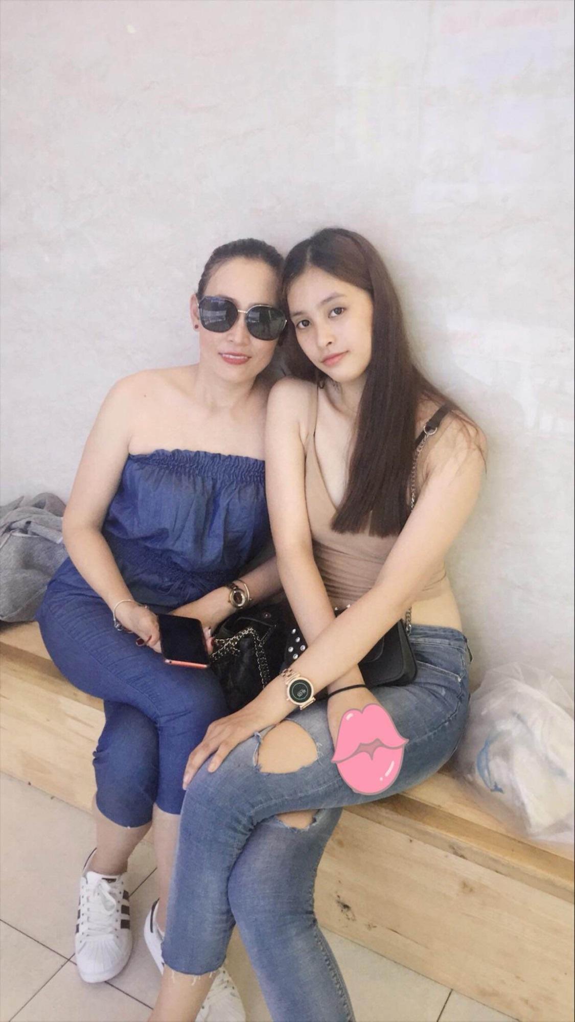 Sốt với sự sành điệu, trẻ trung của bố mẹ Hoa hậu Trần Tiểu Vy, chất chơi không thua con gái - Ảnh 4