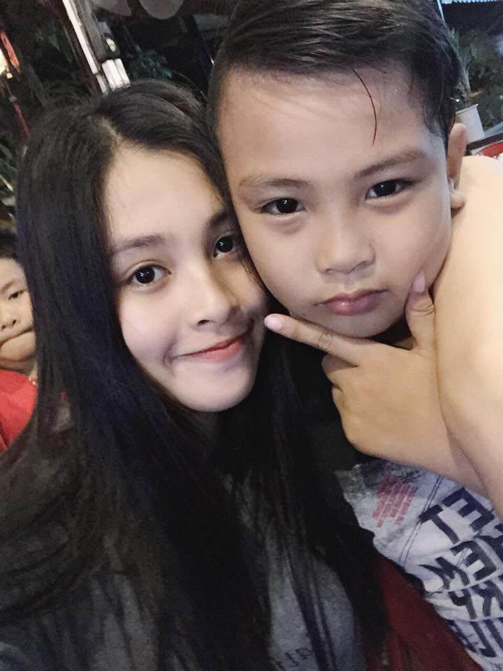 Sốt với sự sành điệu, trẻ trung của bố mẹ Hoa hậu Trần Tiểu Vy, chất chơi không thua con gái - Ảnh 8