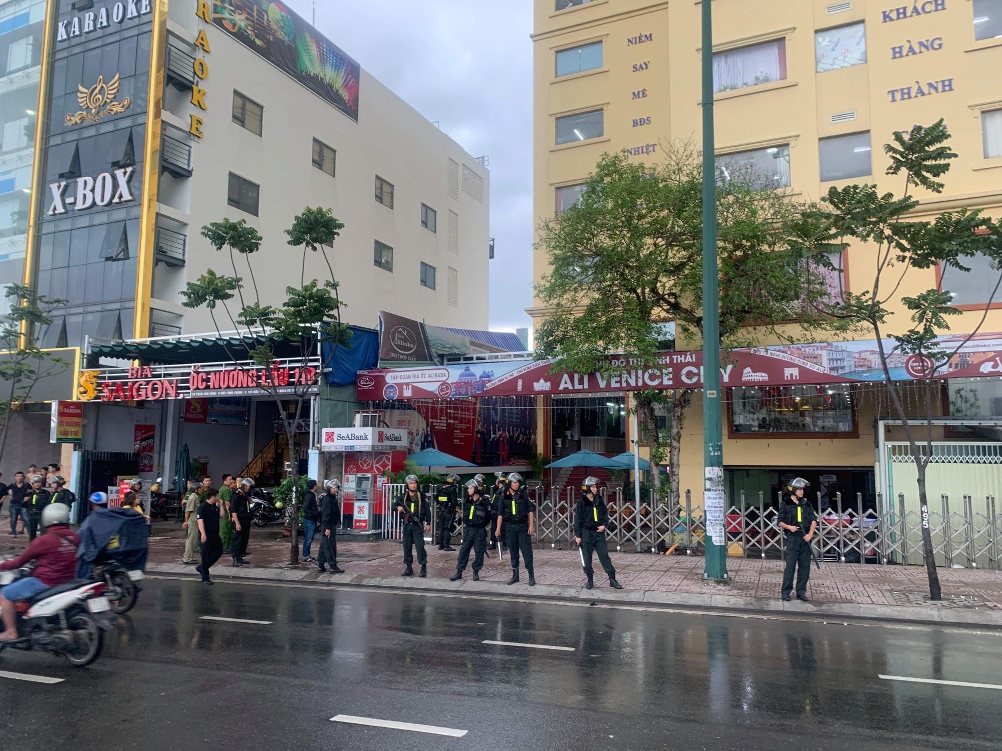 Nhiều Công an phong tỏa trụ sở Công ty địa ốc Alibaba - Ảnh 2