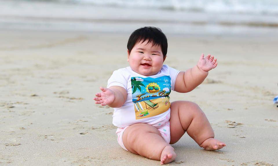 Nuôi con bằng sữa mẹ, bé gái Nghệ An 11 tháng nặng 20kg, mỗi tháng tăng 2kg - Ảnh 2