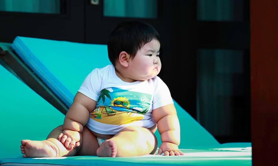 Nuôi con bằng sữa mẹ, bé gái Nghệ An 11 tháng nặng 20kg, mỗi tháng tăng 2kg - Ảnh 3