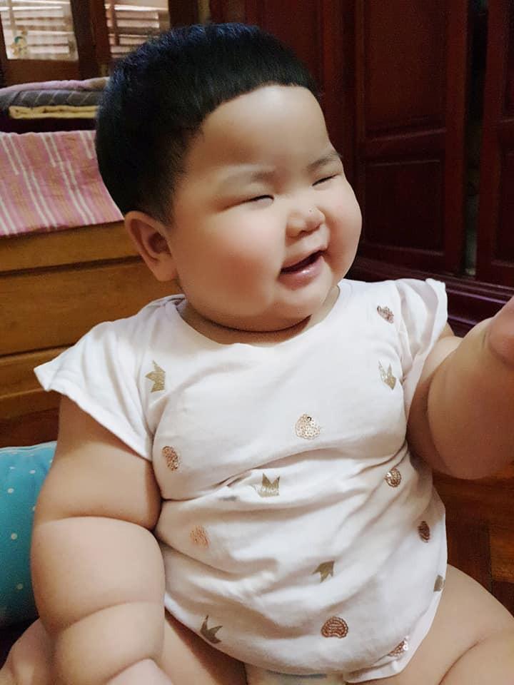Nuôi con bằng sữa mẹ, bé gái Nghệ An 11 tháng nặng 20kg, mỗi tháng tăng 2kg - Ảnh 4