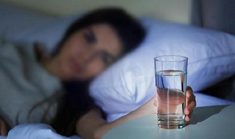 Uống nước trước khi đi ngủ có hại thận? - Ảnh 1