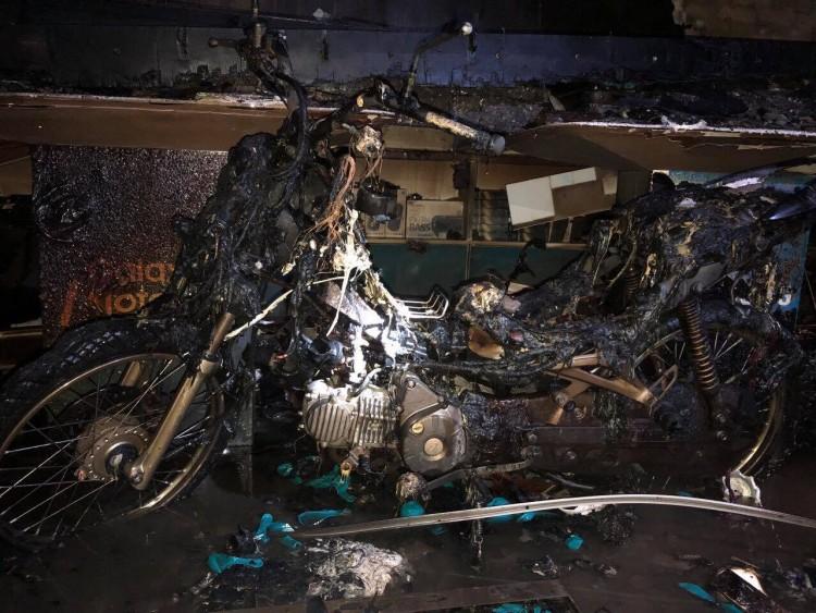 Cháy nhà 3 tầng kinh doanh điện thoại Hoàng Hà mobile, thiệt hại nhiều tỷ đồng - Ảnh 2
