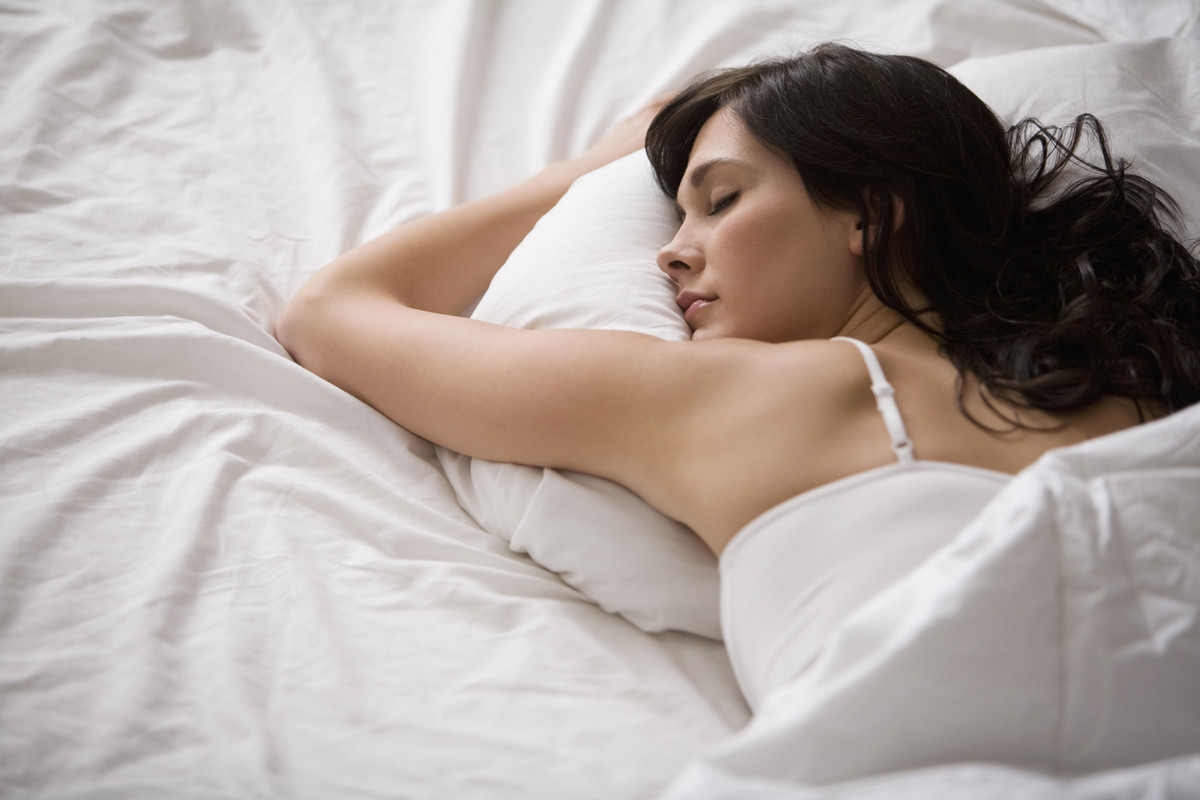 Chỉ cần làm 7 điều đơn giản này, bạn sẽ ngăn ngừa lão hóa da ngay trong lúc ngủ say - Ảnh 1