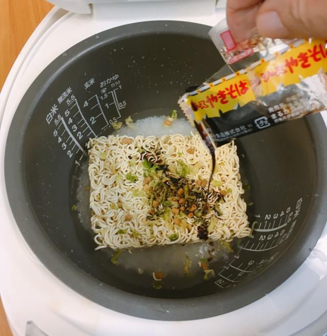 Thích ăn cơm và mì tôm, thanh niên quyết định cho cả 2 vào nồi nấu, không ngờ thành phẩm ngon siêu cấp - Ảnh 7