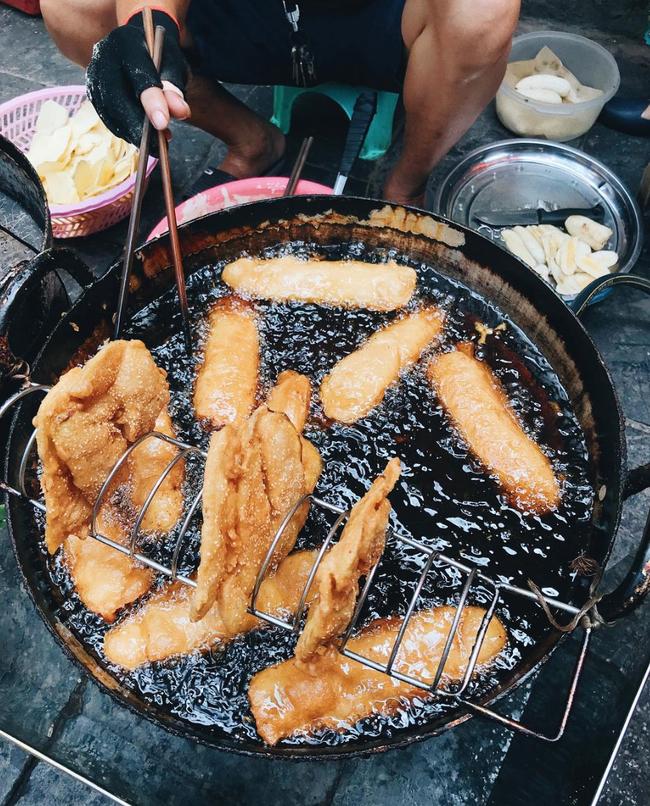 Lạnh rồi, rủ nhau đến những hàng bánh chuối ngon ở Hà Nội này ngay thôi, 1 hàng bánh 'tí hon' nhưng chất khỏi bàn - Ảnh 1