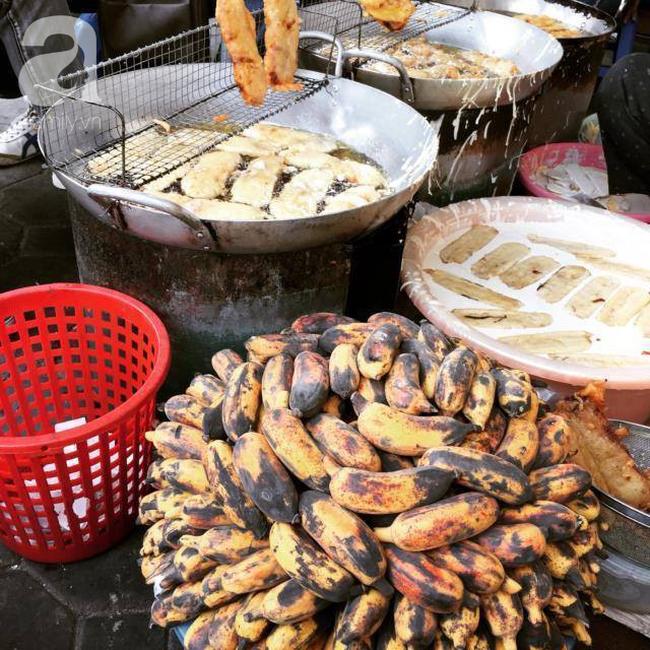 Lạnh rồi, rủ nhau đến những hàng bánh chuối ngon ở Hà Nội này ngay thôi, 1 hàng bánh 'tí hon' nhưng chất khỏi bàn - Ảnh 11
