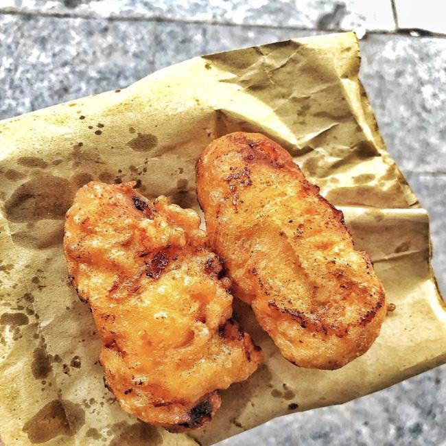 Lạnh rồi, rủ nhau đến những hàng bánh chuối ngon ở Hà Nội này ngay thôi, 1 hàng bánh 'tí hon' nhưng chất khỏi bàn - Ảnh 12