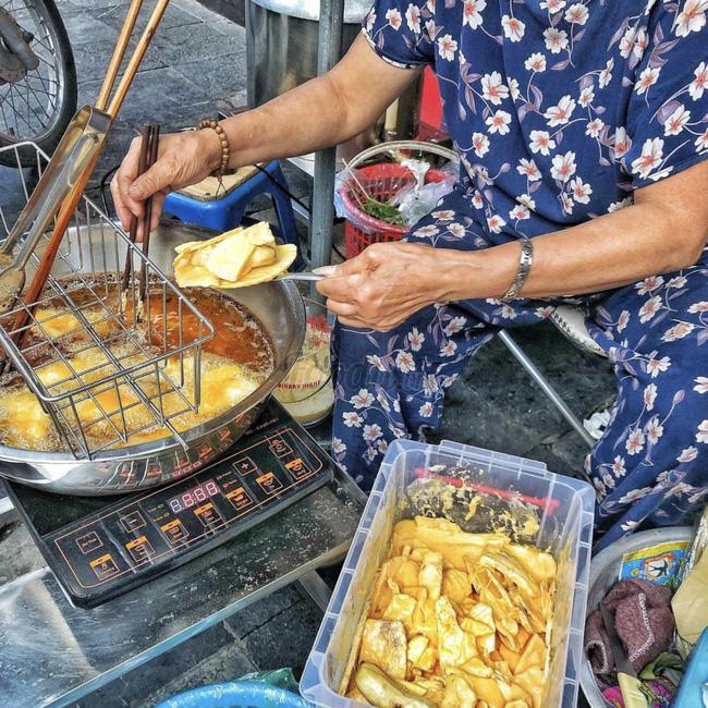Lạnh rồi, rủ nhau đến những hàng bánh chuối ngon ở Hà Nội này ngay thôi, 1 hàng bánh 'tí hon' nhưng chất khỏi bàn - Ảnh 13