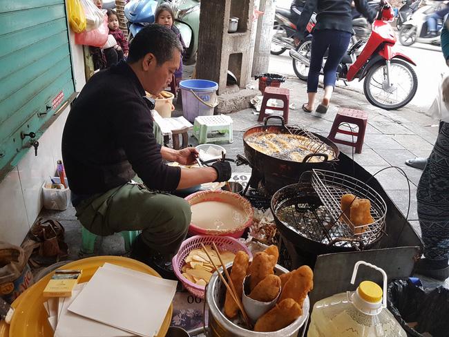 Lạnh rồi, rủ nhau đến những hàng bánh chuối ngon ở Hà Nội này ngay thôi, 1 hàng bánh 'tí hon' nhưng chất khỏi bàn - Ảnh 2