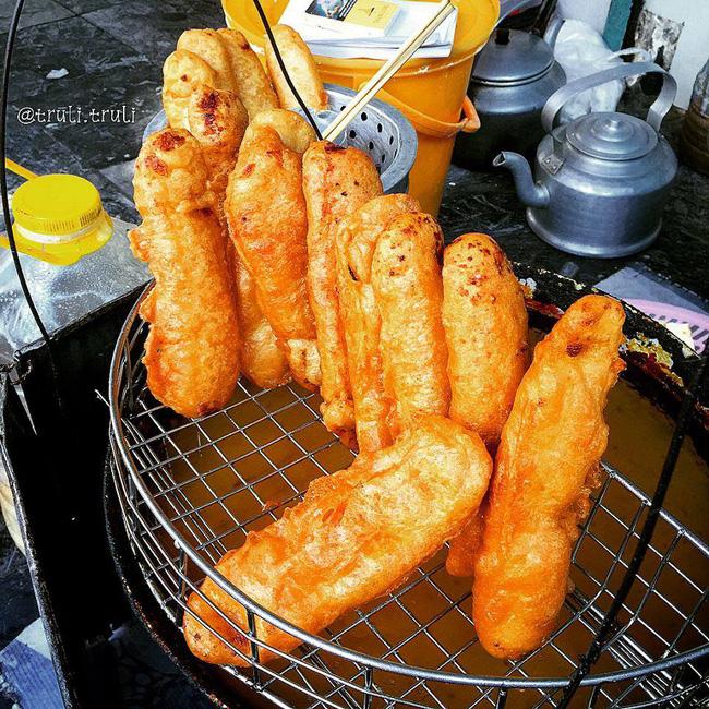 Lạnh rồi, rủ nhau đến những hàng bánh chuối ngon ở Hà Nội này ngay thôi, 1 hàng bánh 'tí hon' nhưng chất khỏi bàn - Ảnh 3