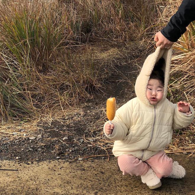 Cách bố cứu con trai khỏi cú ngã siêu đáng yêu: Xách luôn mũ áo khoác lên làm con méo hết cả mặt! - Ảnh 1
