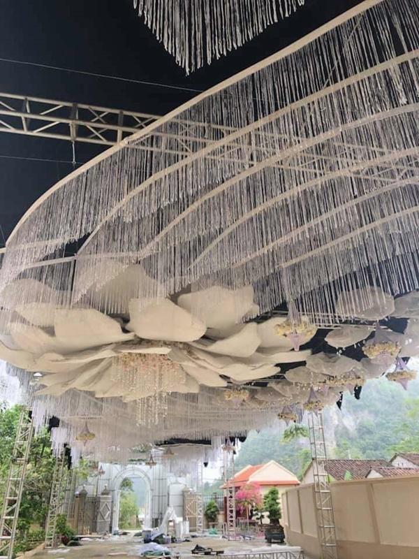 Choáng với rạp cưới xa hoa trị giá 2,5 tỷ, dùng toàn hoa tươi chở bằng máy bay từ Đà Lạt - Ảnh 3