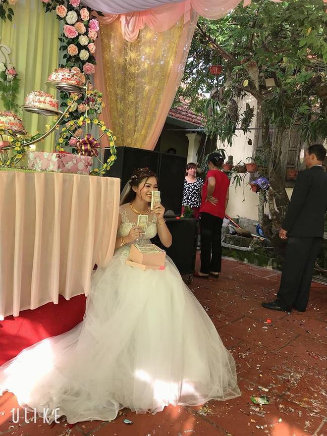 Mang hàng nghìn tờ tiền lẻ đi mừng cưới, thanh niên bị dân tình chỉ trích nhưng cô dâu có thái độ khác hẳn - Ảnh 2