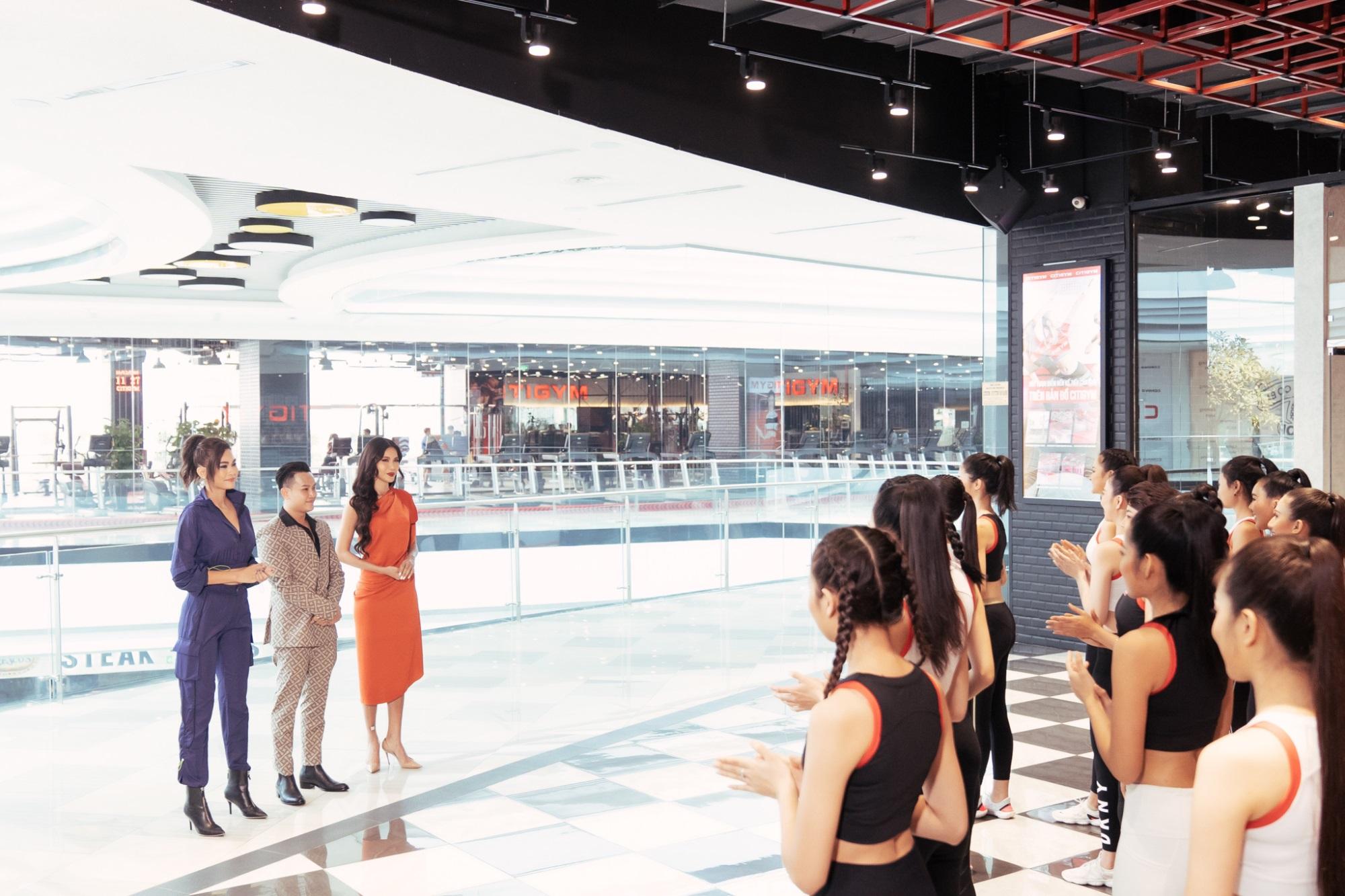 Á hậu Mâu Thủy, siêu mẫu Minh Tú huấn luyện thí sinh trong tập 8 'Tôi là Hoa hậu Hoàn vũ Việt Nam 2019' - Ảnh 2