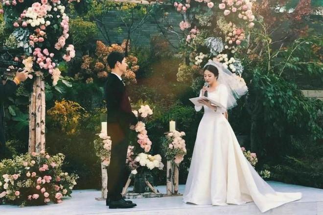 Fan bất an vì phát hiện cả Song Joong Ki và Song Hye Kyo đều không làm điều này sau hơn 1 năm kết hôn - Ảnh 1