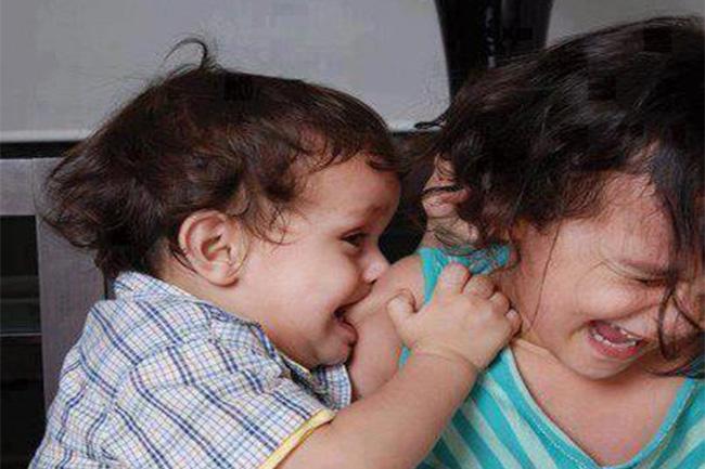 Cách xử lý triệt để khi bé con bỗng dưng lên cơn muốn 'cắn mọi thứ' xung quanh mà các mẹ cần phải nhớ - Ảnh 1