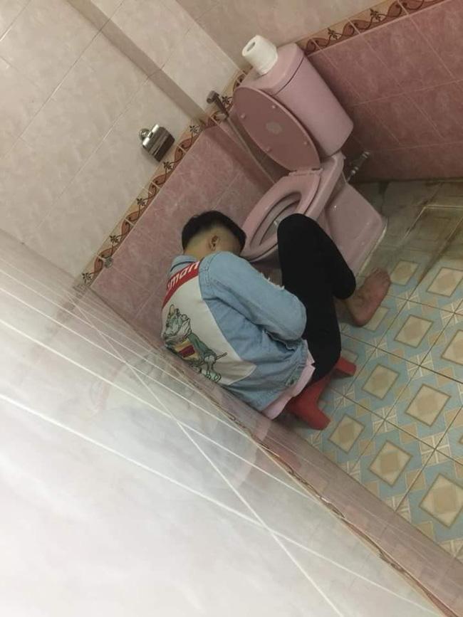 Chồng nhậu say bí tỉ, vợ cho ngủ luôn trong toilet để tiện nôn ọe khiến hội chị em ngả mũ bái phục - Ảnh 1
