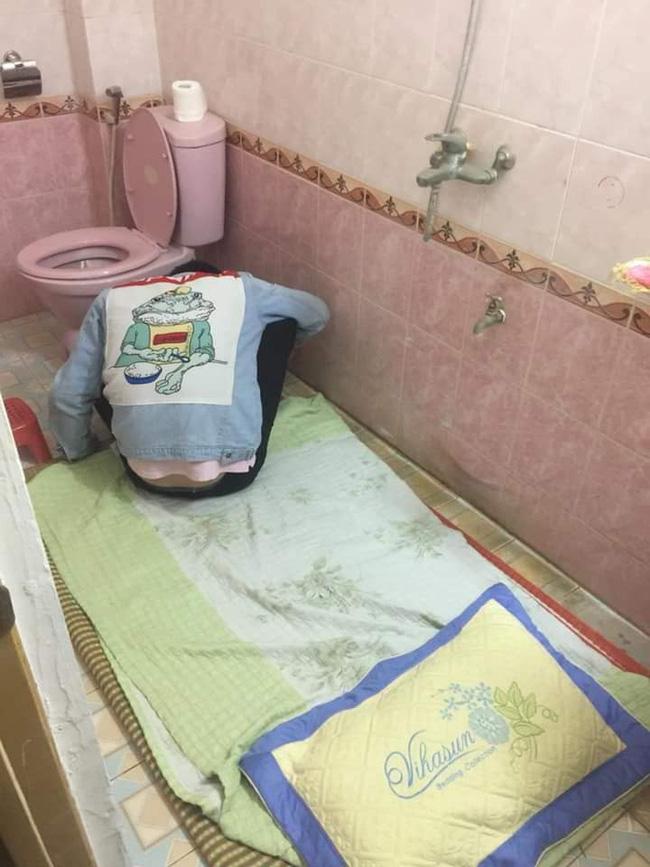 Chồng nhậu say bí tỉ, vợ cho ngủ luôn trong toilet để tiện nôn ọe khiến hội chị em ngả mũ bái phục - Ảnh 2