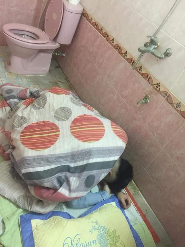 Chồng nhậu say bí tỉ, vợ cho ngủ luôn trong toilet để tiện nôn ọe khiến hội chị em ngả mũ bái phục - Ảnh 3