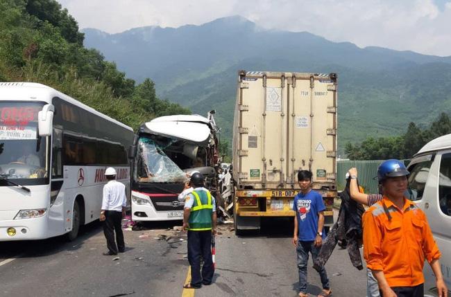 Đà Nẵng: Kinh hoàng xe khách chở đoàn du lịch Hàn Quốc bị container tông trực diện, người bị thương nằm la liệt - Ảnh 1