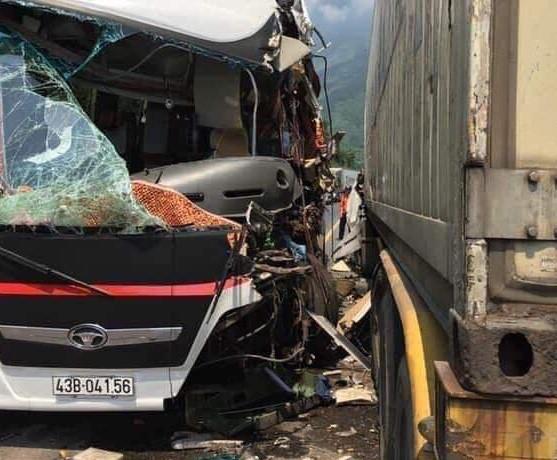 Đà Nẵng: Kinh hoàng xe khách chở đoàn du lịch Hàn Quốc bị container tông trực diện, người bị thương nằm la liệt - Ảnh 2