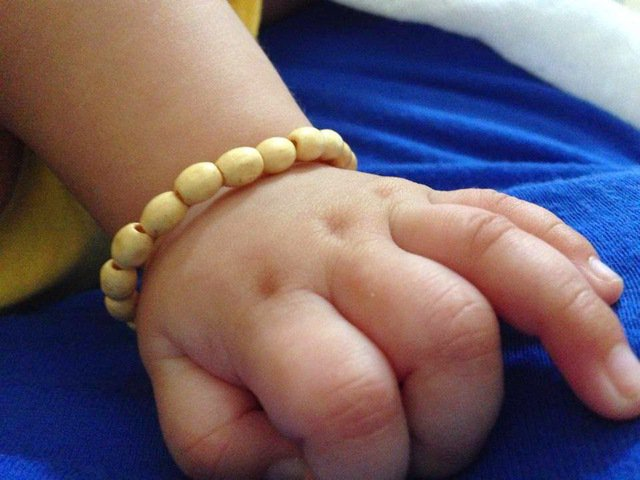 Hướng dẫn cách làm vòng dâu tằm cho bé yêu - Ảnh 1