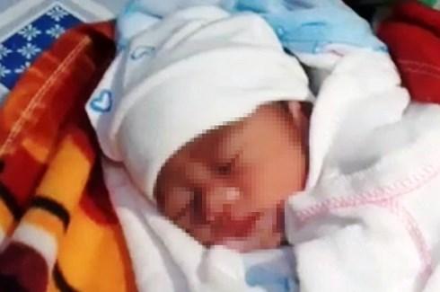 Em bé sinh non chỉ nặng 1,3 kg bị bỏ rơi trước cổng nhà dân - Ảnh 1