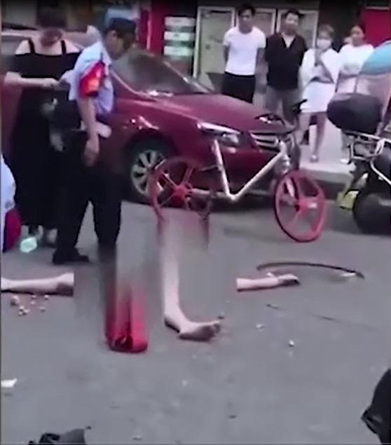 Cô gái cởi sạch quần áo, nằm ăn vạ giữa đường vì bị bắt quả tang trộm đồ - Ảnh 1