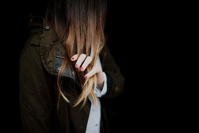 Đây chính là những sai lầm thường gặp khiến mái tóc của bạn ngày càng yếu dần - Ảnh 1