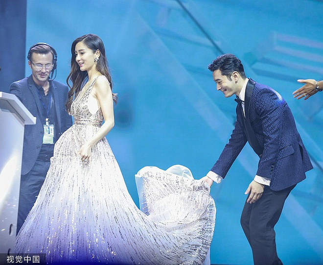 Mặc netizen tố giả tạo, Huỳnh Hiểu Minh khẳng định tình cảm dành cho Angela Baby chỉ với một hành động  - Ảnh 1