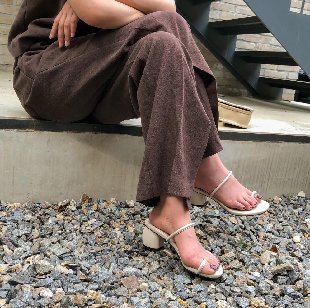 Mang danh giày có gót nhưng 2 lựa chọn này không hề gây đau chân, lại mát rượi để diện vào mùa hè - Ảnh 1