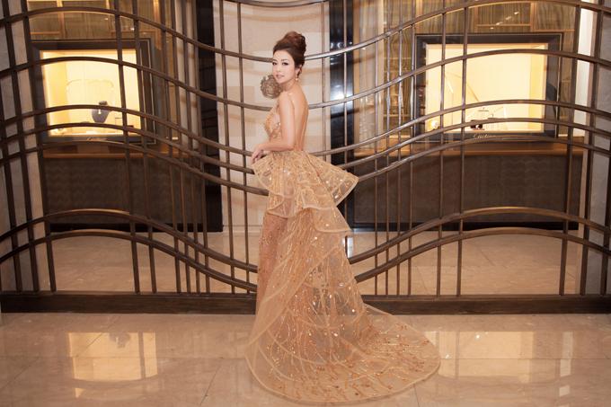 Hoa hậu Jennifer Phạm mặc váy xẻ sâu khoe vòng 1 đẹp như thần Vệ nữ - Ảnh 1