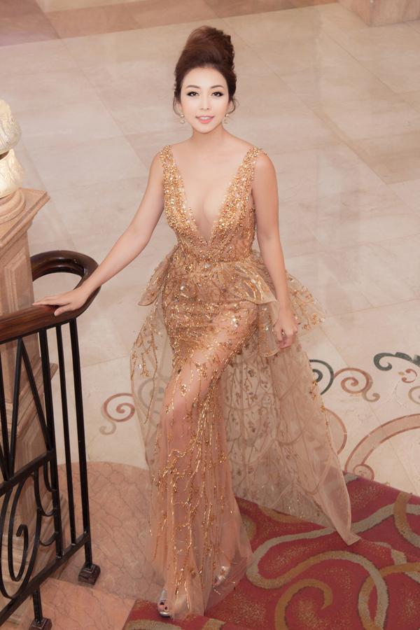 Hoa hậu Jennifer Phạm mặc váy xẻ sâu khoe vòng 1 đẹp như thần Vệ nữ - Ảnh 2