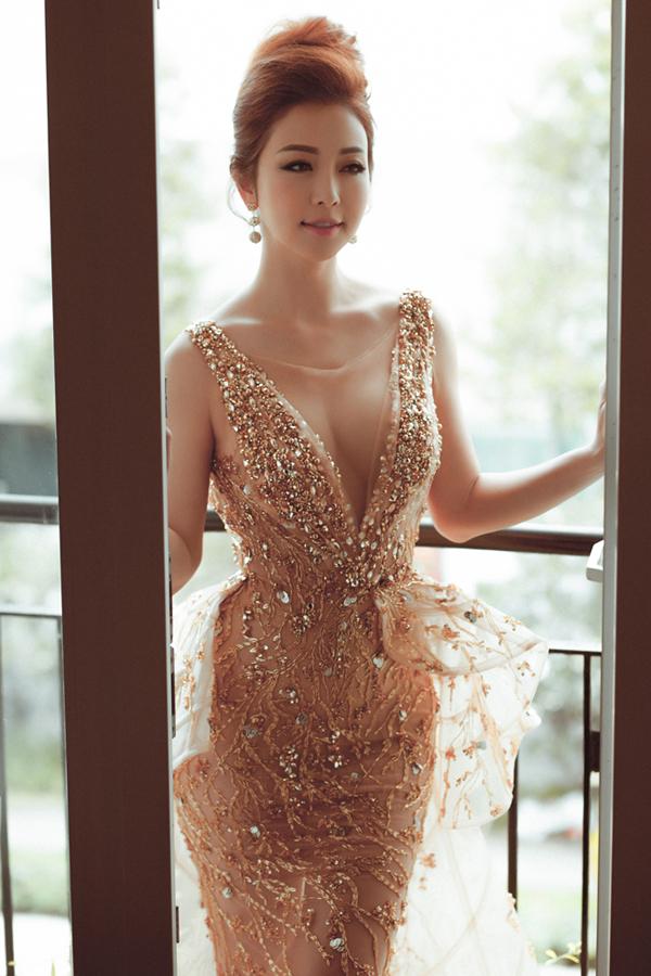 Hoa hậu Jennifer Phạm mặc váy xẻ sâu khoe vòng 1 đẹp như thần Vệ nữ - Ảnh 3