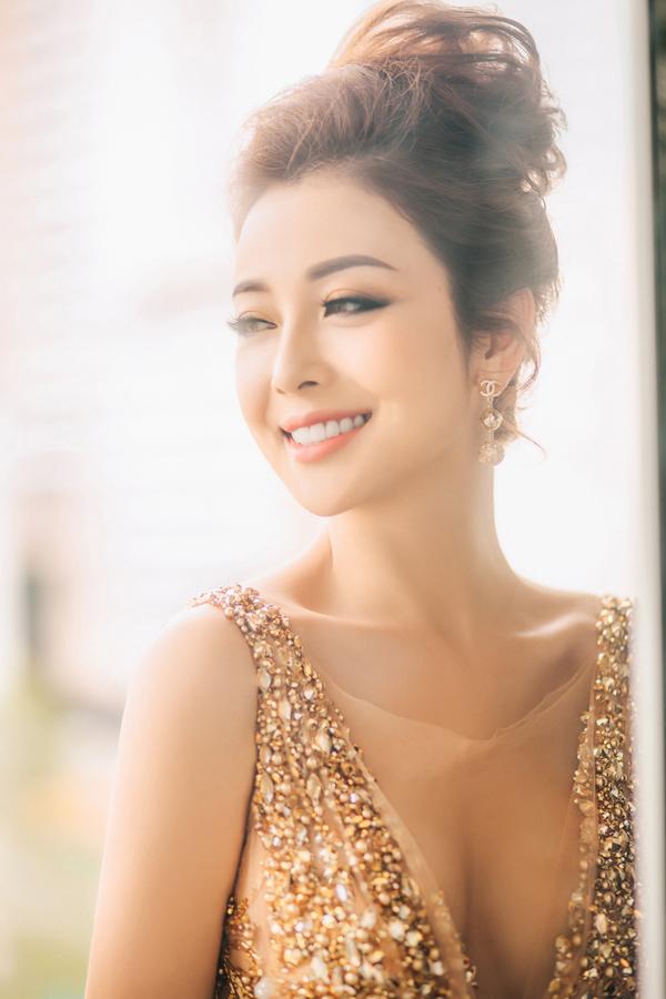 Hoa hậu Jennifer Phạm mặc váy xẻ sâu khoe vòng 1 đẹp như thần Vệ nữ - Ảnh 4