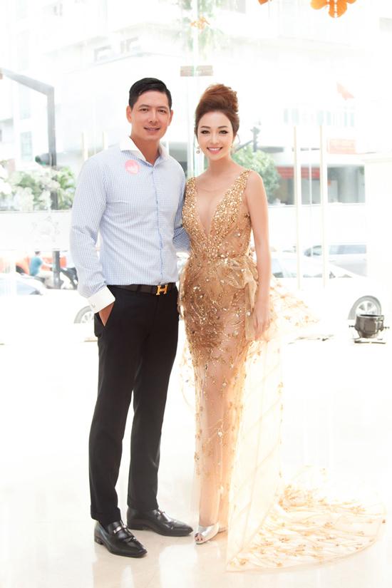 Hoa hậu Jennifer Phạm mặc váy xẻ sâu khoe vòng 1 đẹp như thần Vệ nữ - Ảnh 5
