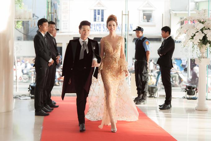 Hoa hậu Jennifer Phạm mặc váy xẻ sâu khoe vòng 1 đẹp như thần Vệ nữ - Ảnh 6