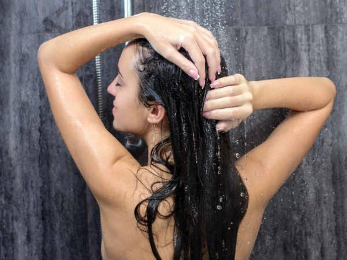 Mách bạn gái cách gội đầu để tóc mượt và óng ả hơn - Ảnh 4