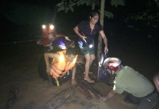 Trắng đêm giúp dân vượt lũ, 2 chiến sỹ PCCC bị thương nặng - Ảnh 1