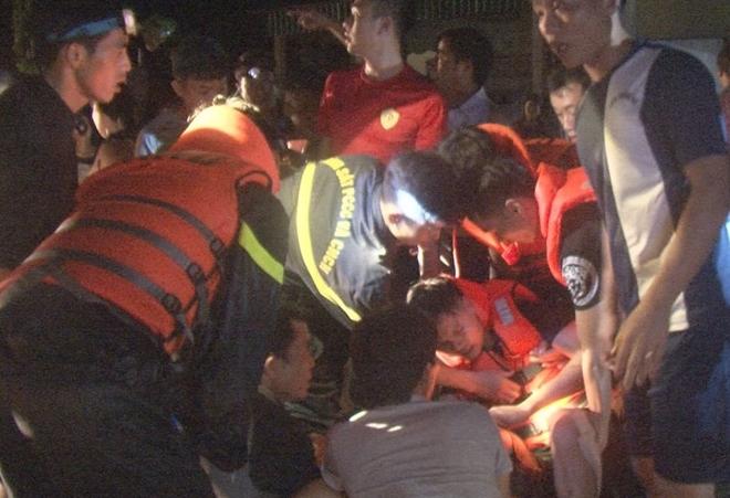 Trắng đêm giúp dân vượt lũ, 2 chiến sỹ PCCC bị thương nặng - Ảnh 2