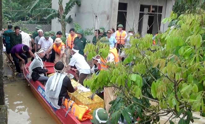 Trắng đêm giúp dân vượt lũ, 2 chiến sỹ PCCC bị thương nặng - Ảnh 9