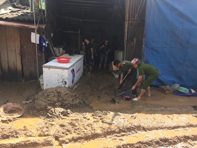 Trắng đêm giúp dân vượt lũ, 2 chiến sỹ PCCC bị thương nặng - Ảnh 3