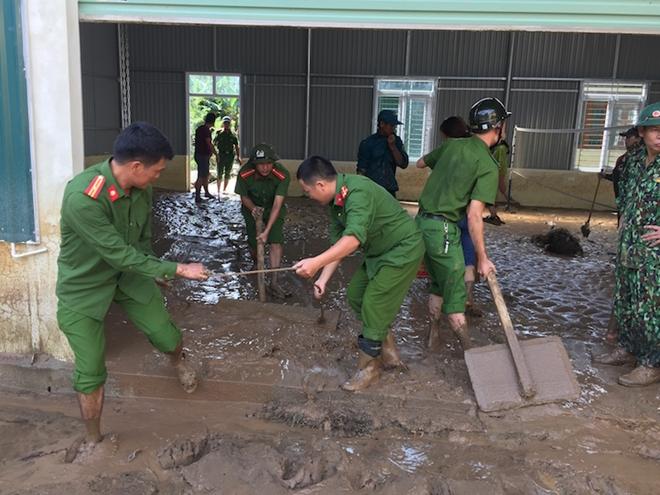 Trắng đêm giúp dân vượt lũ, 2 chiến sỹ PCCC bị thương nặng - Ảnh 5
