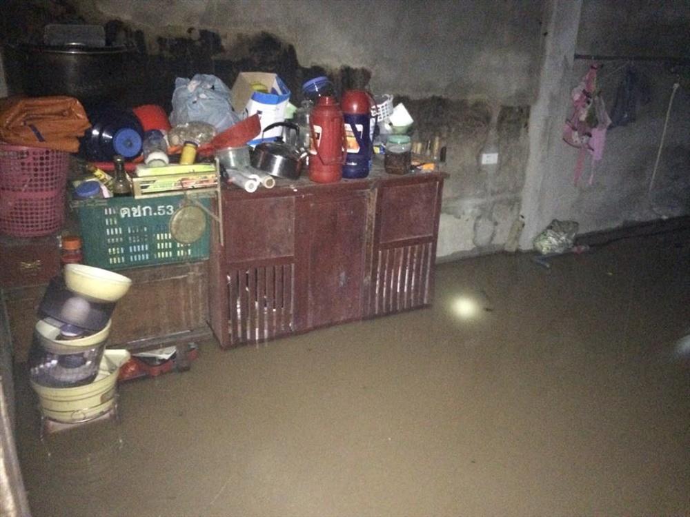 Nghệ An: Hàng trăm cán bộ chiến sỹ huyện miền núi trắng đêm sơ tán dân khỏi vùng ngập lụt - Ảnh 1