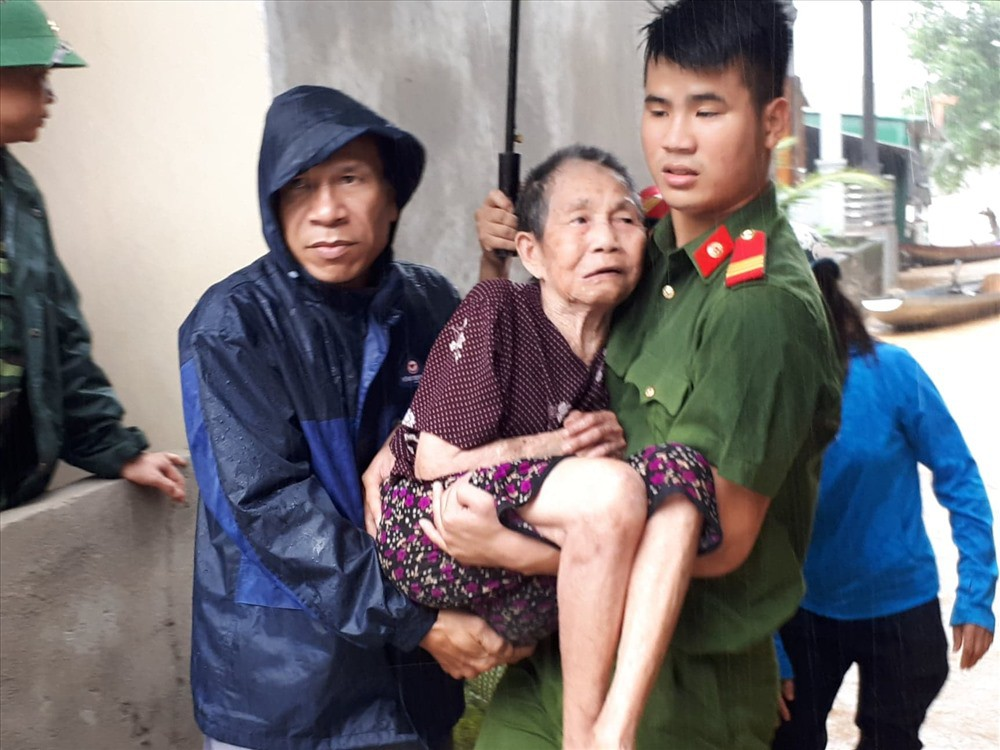 Nghệ An: Hàng trăm cán bộ chiến sỹ huyện miền núi trắng đêm sơ tán dân khỏi vùng ngập lụt - Ảnh 5