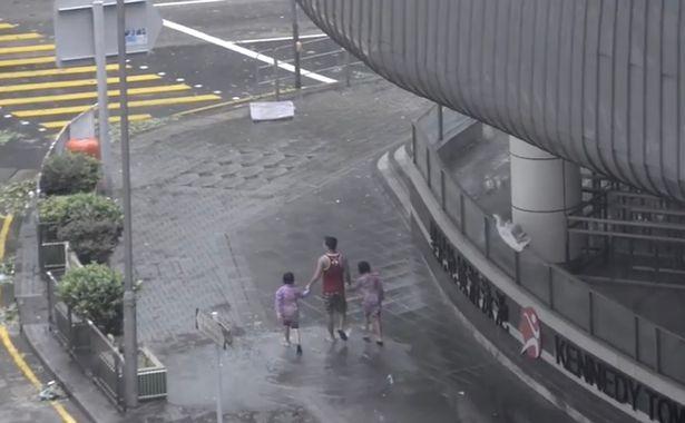 Clip cha bắt hai con nhỏ đứng giữa trời mưa bão để chụp ảnh 'sống ảo' bị cư dân mạng lên án dữ dội - Ảnh 2