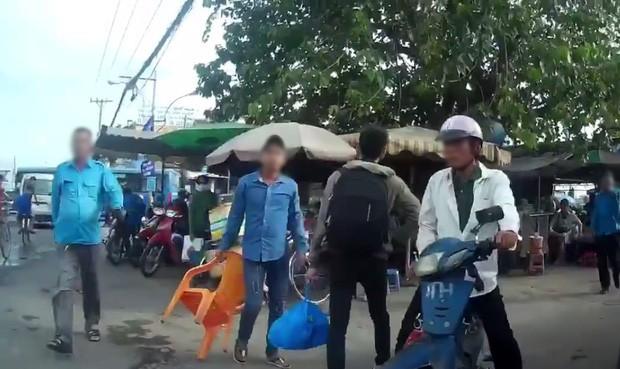 Mâu thuẫn việc giành khách, tài xế xe ôm bị đánh gục trước bệnh viện ở Sài Gòn - Ảnh 1