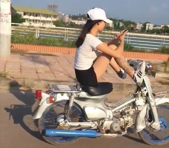 Công an triệu tập, xử lý nữ sinh dùng chân điều khiển xe máy - Ảnh 1